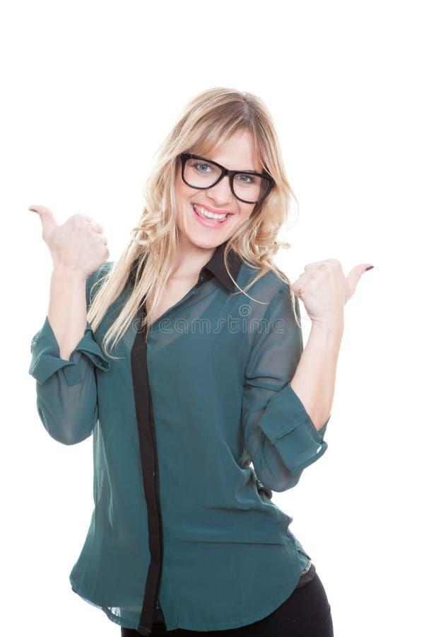 Η επιχειρησιακή γυναίκα φυλλομετρεί επάνω στοκ εικόνες με δικαίωμα ελεύθερης χρήσης