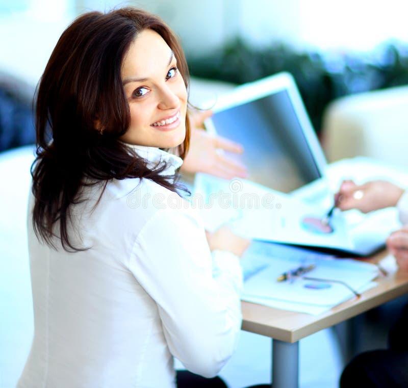 Η επιχειρησιακή κυρία με το θετικό κοιτάζει στοκ φωτογραφία με δικαίωμα ελεύθερης χρήσης