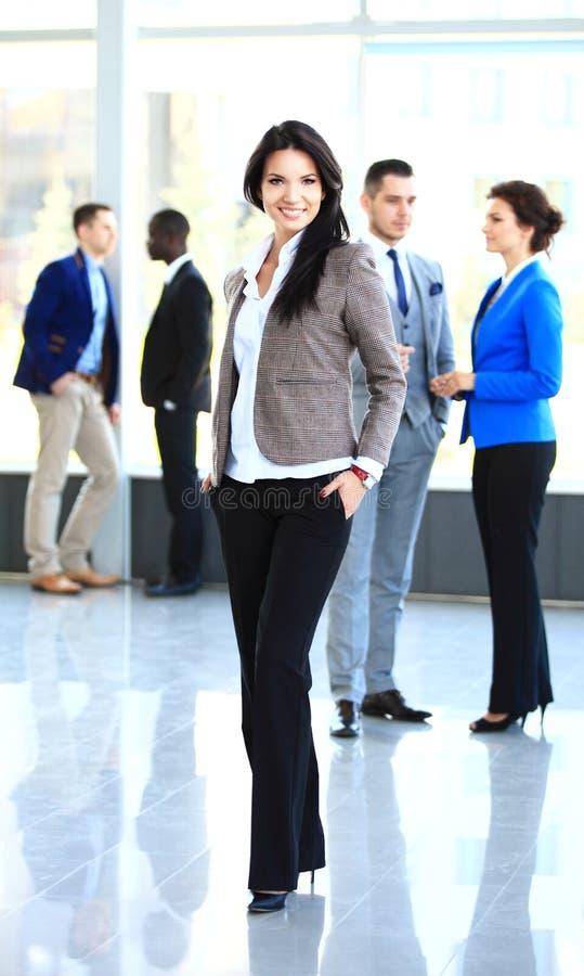 Η επιχειρησιακή κυρία με το θετικό κοιτάζει στοκ φωτογραφία