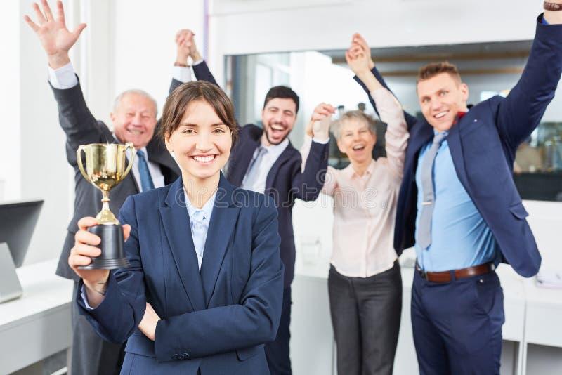 Η επιχειρησιακή ομάδα γιορτάζει υπερήφανο στοκ φωτογραφίες