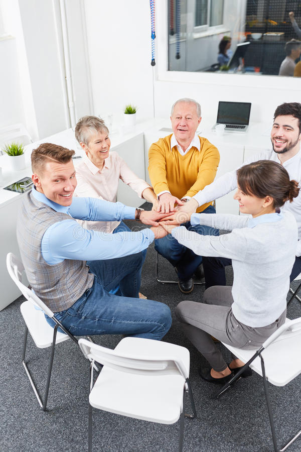 Η επιχειρησιακή ομάδα κάνει τη teambuilding άσκηση στοκ εικόνα με δικαίωμα ελεύθερης χρήσης