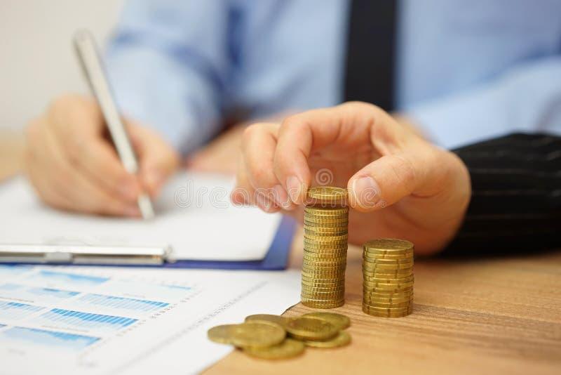 Η επιχειρησιακή ομάδα υπολογίζει το κέρδος και το εισόδημα στοκ φωτογραφία