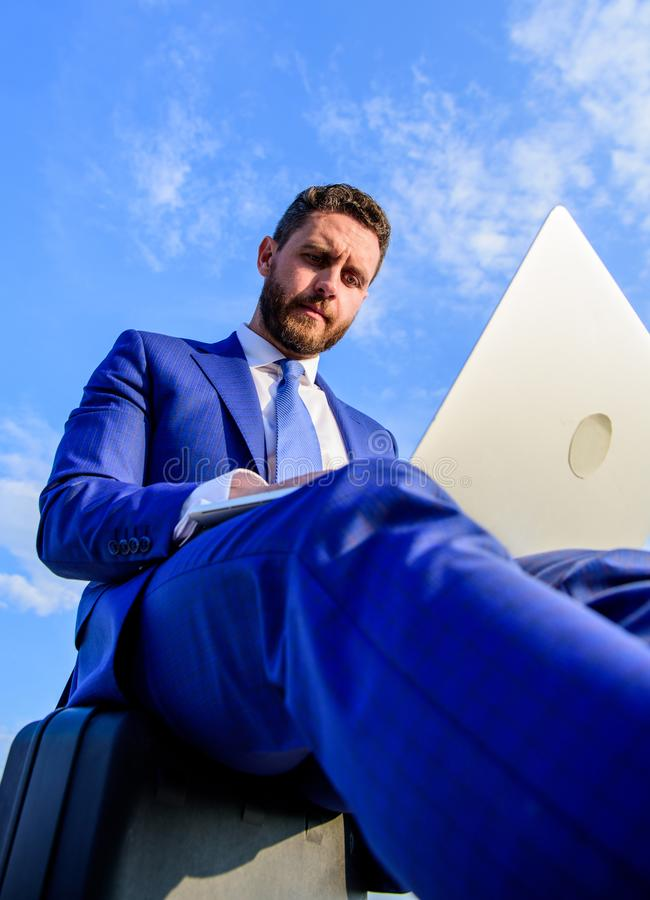 Η εργασία είναι ο τρόπος ζωής του Ο επιχειρηματίας βρίσκει την ευκαιρία να εργαστεί οπουδήποτε ήταν Ο αληθινός επιχειρηματίας δεν στοκ εικόνα