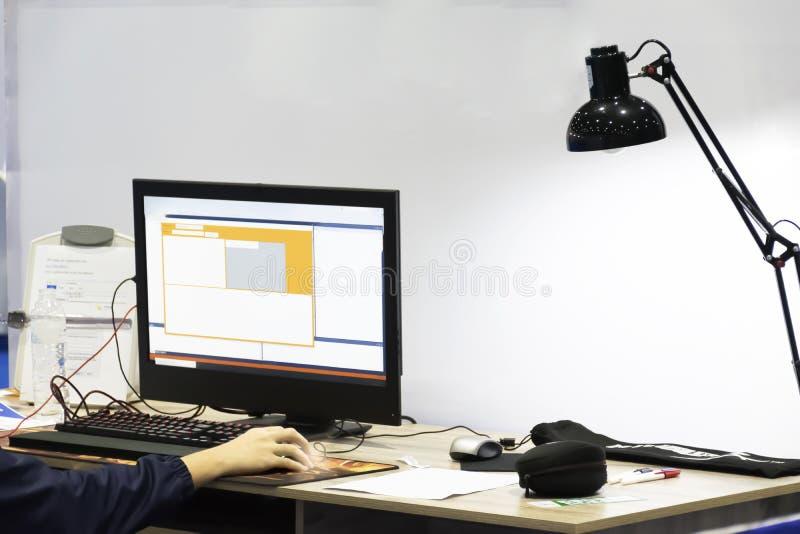 Η εργασία πρέπει να έχει μια συστηματική έννοια διαδικασίας Ο τεχνικός είναι στοκ φωτογραφία