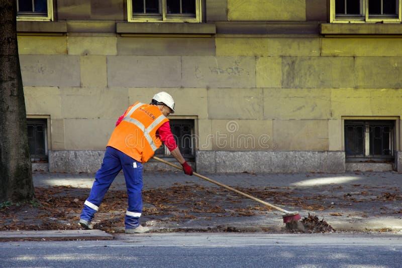 Η εργασία πρωινού είναι janitor, οδοί σκουπισμάτων στοκ εικόνα