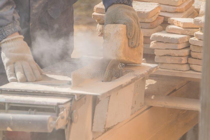 Η εργασία στη μηχανή κόβει την πέτρα, δίσκος λέιζερ στοκ εικόνα με δικαίωμα ελεύθερης χρήσης