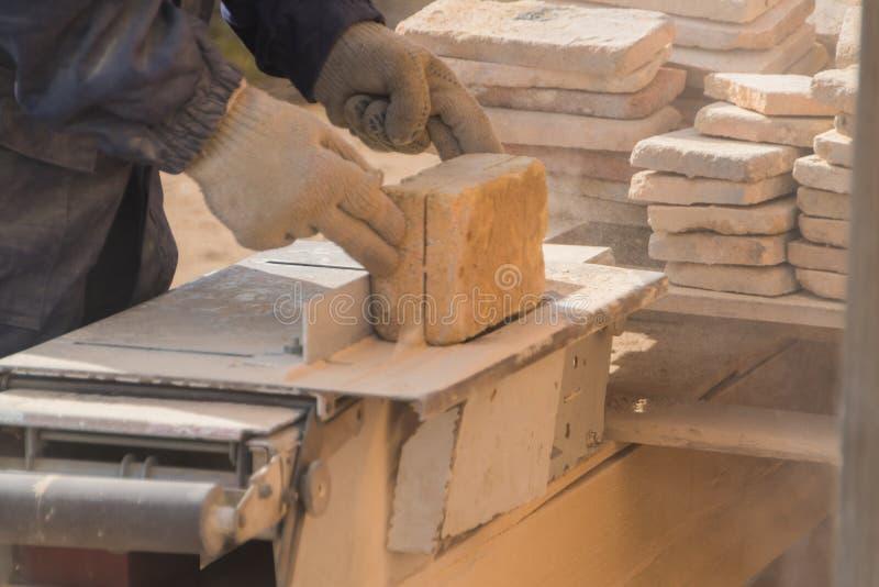 Η εργασία στη μηχανή κόβει την πέτρα, δίσκος λέιζερ στοκ φωτογραφία με δικαίωμα ελεύθερης χρήσης