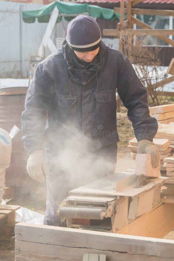 Η εργασία στη μηχανή κόβει την πέτρα, δίσκος λέιζερ στοκ φωτογραφίες