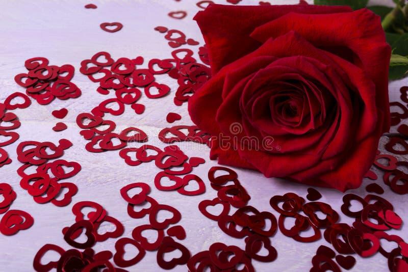 Η ερωτευμένη έννοια πτώσης με όμορφο κόκκινο αυξήθηκε στις μικρές καρδιές στοκ φωτογραφία με δικαίωμα ελεύθερης χρήσης