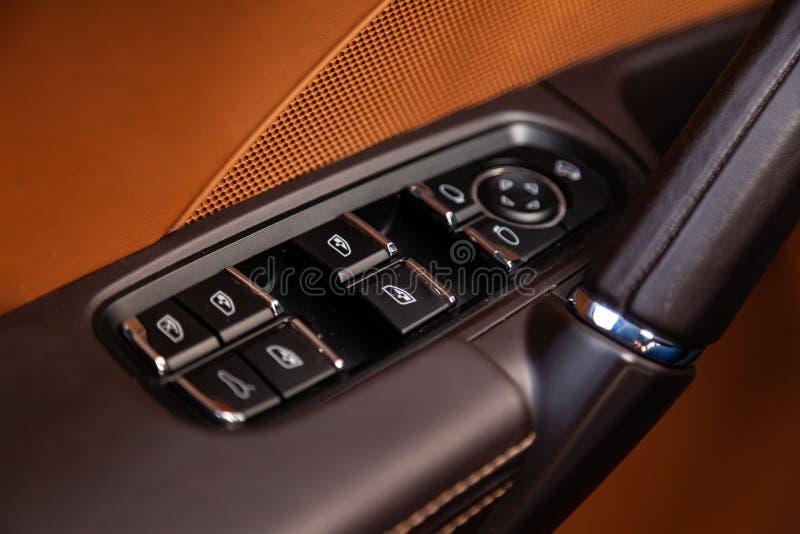 Η εσωτερική άποψη με την πόρτα οδηγών, τα κουμπιά παραθύρων και armrest το στοκ εικόνες