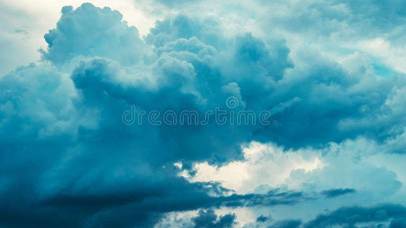Η ευμετάβλητη μπλε θύελλα καλύπτει τον όμορφο ουρανό φύσης στοκ εικόνα με δικαίωμα ελεύθερης χρήσης