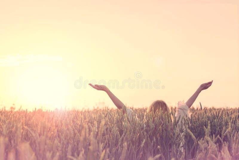 Η ευπρόσδεκτη νέα ημέρα, γυναίκα με τα αυξημένα όπλα αγκαλιάζει τον ήλιο στοκ εικόνα με δικαίωμα ελεύθερης χρήσης