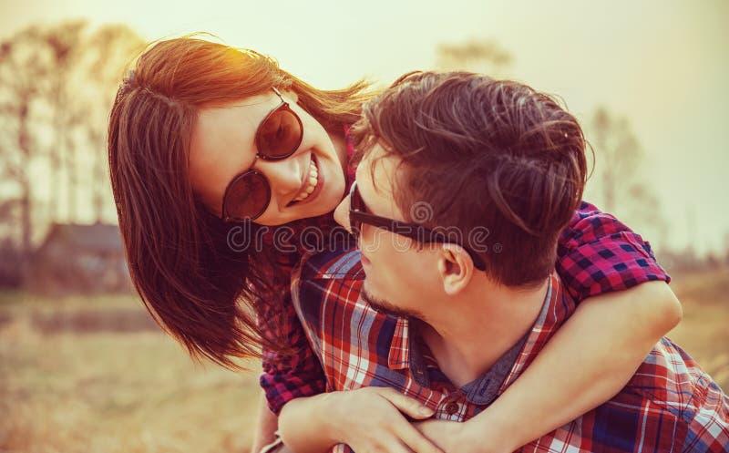 Η ευτυχής γυναίκα αγκαλιάζει έναν άνδρα στοκ φωτογραφία