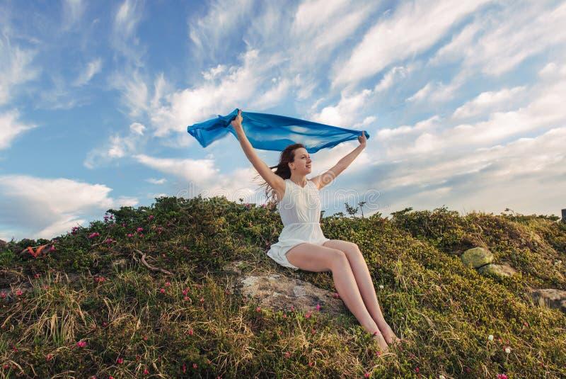 Η ευτυχής γυναίκα αισθάνεται την ελευθερία και απόλαυση της φύσης στοκ φωτογραφίες