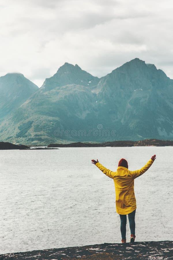 Η ευτυχής γυναίκα δίνει αυξημένος απολαμβάνοντας τον τρόπο ζωής ταξιδιού τοπίων φιορδ βουνών και θάλασσας της Νορβηγίας στοκ εικόνες