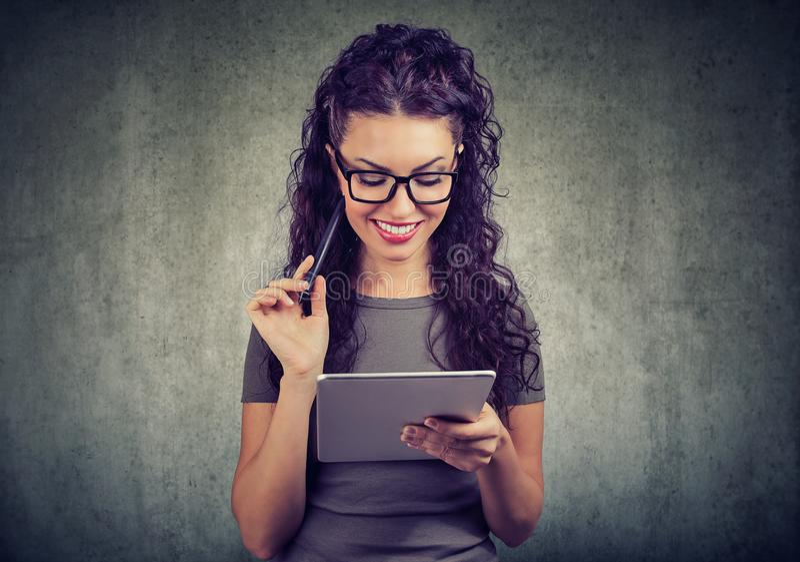 Η ευτυχής γυναίκα με τον υπολογιστή και τη μάνδρα ταμπλετών έχει μια ιδέα στοκ εικόνες με δικαίωμα ελεύθερης χρήσης
