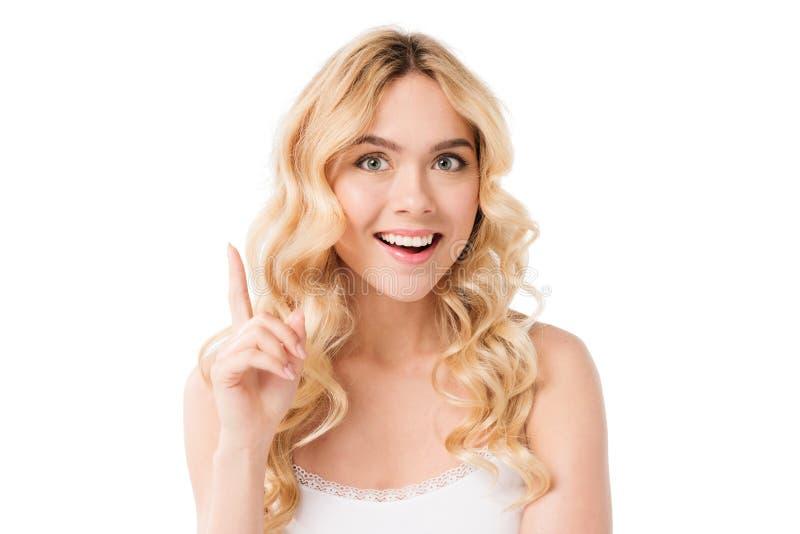 Η ευτυχής γυναίκα μια ιδέα και μια υπόδειξη απομονώνει επάνω στο λευκό στο στούντιο στοκ εικόνες