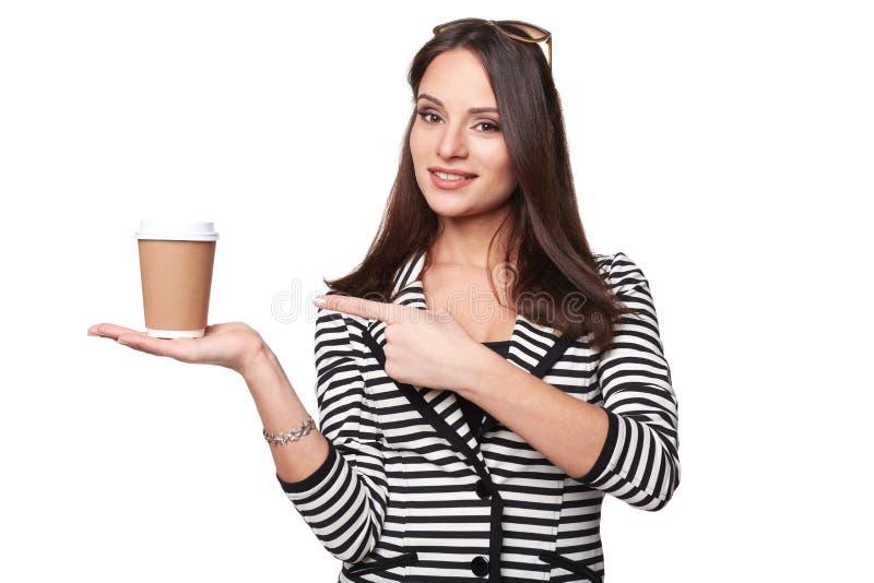 Η ευτυχής γυναίκα στο σακάκι λωρίδων επισημαίνει στο φλυτζάνι στοκ φωτογραφίες με δικαίωμα ελεύθερης χρήσης