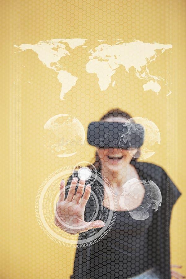 Η ευτυχής γυναίκα στο στούντιο παίρνει την εμπειρία την κάσκα εικονικής πραγματικότητας VR-γυαλιών καινοτόμες τεχνολογίε&si _ στοκ φωτογραφία
