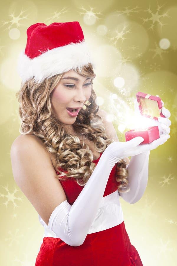 Η ευτυχής γυναίκα santa λαμβάνει το δώρο Χριστουγέννων πολυτέλειας στοκ εικόνες