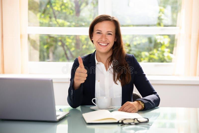 Η ευτυχής επιχειρηματίας Gesturing φυλλομετρεί επάνω στοκ εικόνες