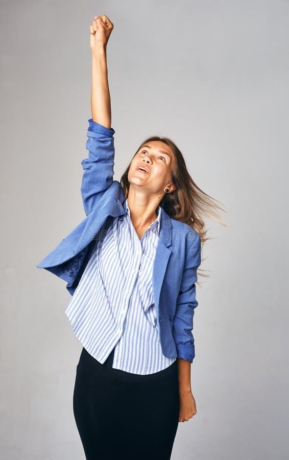 Η ευτυχής επιχειρησιακή κυρία τραβά το χέρι της επάνω Έννοια της προσπάθειας για την επιτυχία στοκ εικόνες