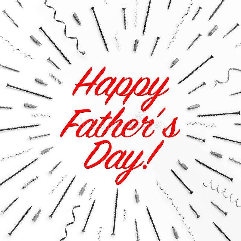 Η ευτυχής ημέρα πατέρων κειμένων `! `, που γράφεται στο άσπρο υπόβαθρο με το σχέδιο των βιδών, καρφιά, ξέσματα μετάλλων στοκ φωτογραφία με δικαίωμα ελεύθερης χρήσης