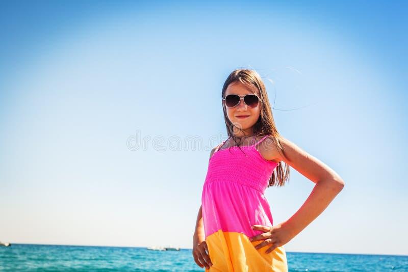 Η ευτυχής θηλυκή απόλαυση παιδιών βλέπει κατά τη διάρκεια των θερινών διακοπών στοκ εικόνα