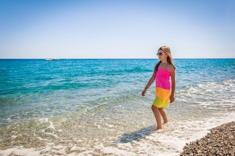 Η ευτυχής θηλυκή απόλαυση παιδιών βλέπει κατά τη διάρκεια των θερινών διακοπών στοκ φωτογραφία με δικαίωμα ελεύθερης χρήσης