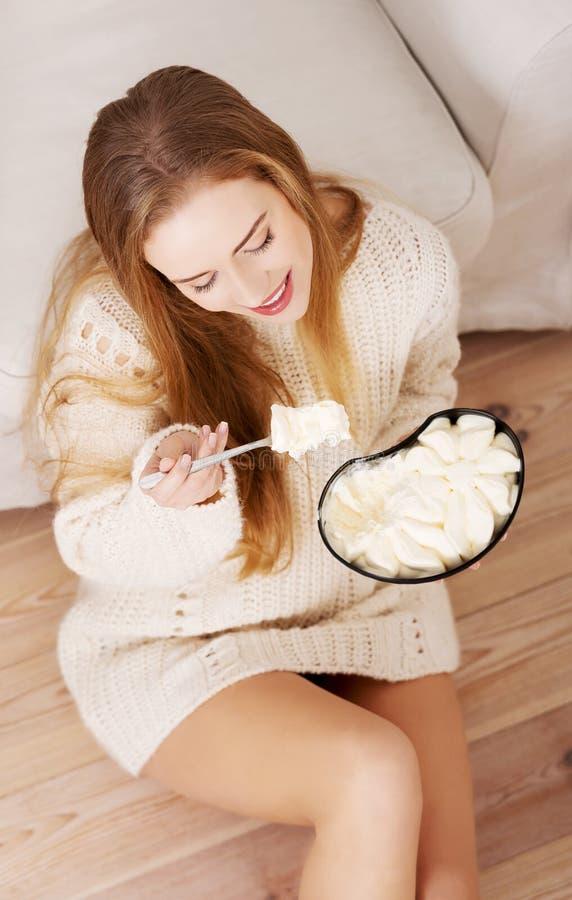 Η ευτυχής καυκάσια γυναίκα τρώει το παγωτό. στοκ φωτογραφία με δικαίωμα ελεύθερης χρήσης