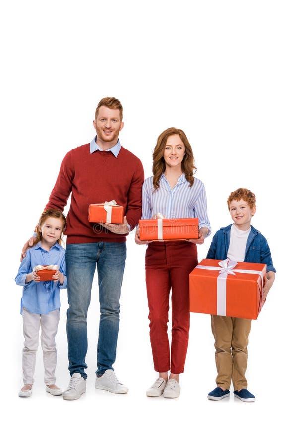 η ευτυχής κοκκινομάλλης οικογενειακή εκμετάλλευση παρουσιάζει και χαμογελώντας στη κάμερα στοκ φωτογραφία με δικαίωμα ελεύθερης χρήσης