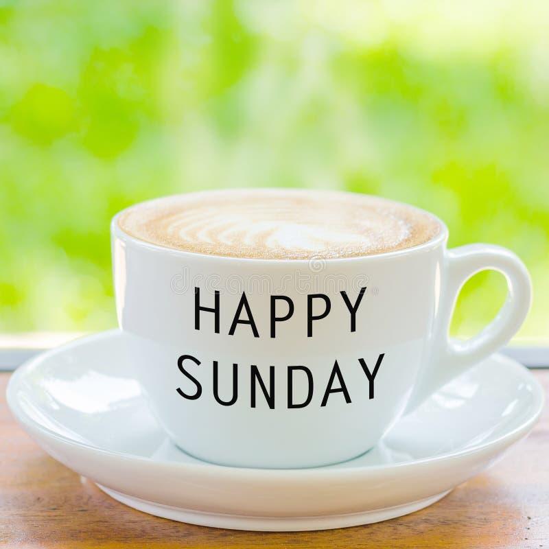 Η ευτυχής Κυριακή στο φλυτζάνι καφέ στοκ φωτογραφίες με δικαίωμα ελεύθερης χρήσης