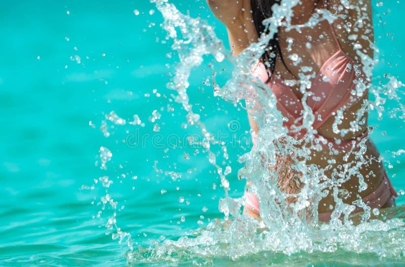Η ευτυχής νέα ασιατική γυναίκα στο ρόδινο μαγιό χαλαρώνει και απολαμβάνει τις διακοπές στην τροπική παραλία παραδείσου Κορίτσι στ στοκ εικόνες
