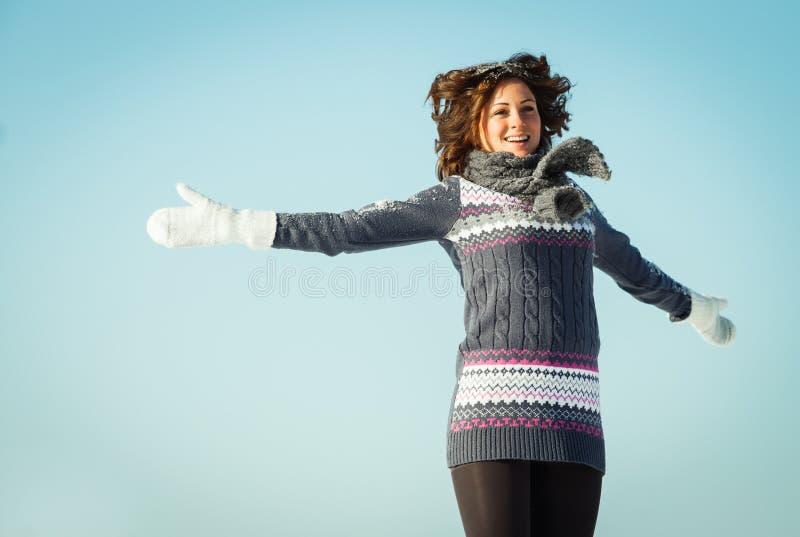 Η ευτυχής νέα γυναίκα έχει τη διασκέδαση και απολαμβάνει το φρέσκο χιόνι στοκ εικόνα με δικαίωμα ελεύθερης χρήσης