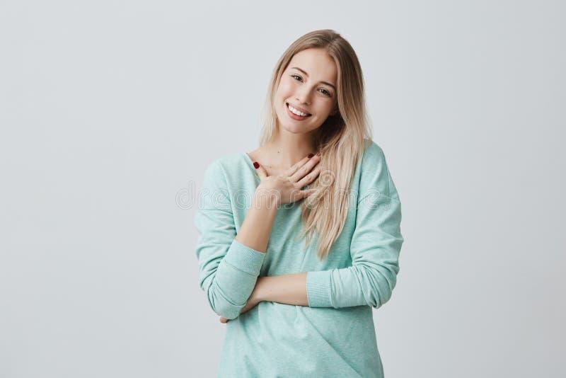 Η ευτυχής ξανθή γυναίκα ευτυχής να λάβει το παρόν από το σύζυγο έχει τη χαρούμενη έκφραση, χαμογελά ευρέως με τα δόντια όμορφος στοκ εικόνα