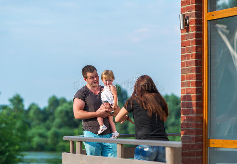 Η ευτυχής οικογένεια έχει ένα υπόλοιπο υπαίθρια στοκ εικόνα με δικαίωμα ελεύθερης χρήσης