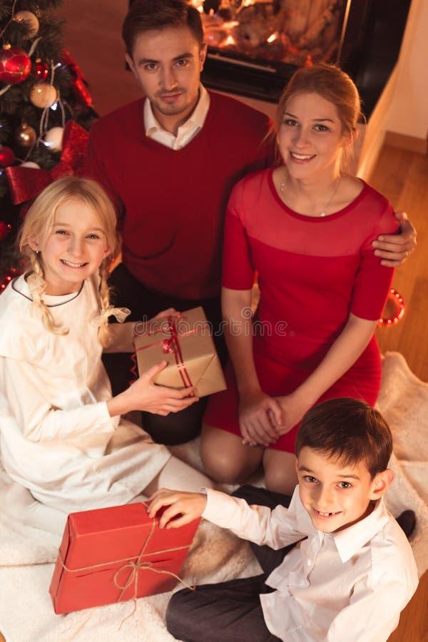 Η ευτυχής οικογένεια με τα Χριστούγεννα παρουσιάζει στοκ εικόνες