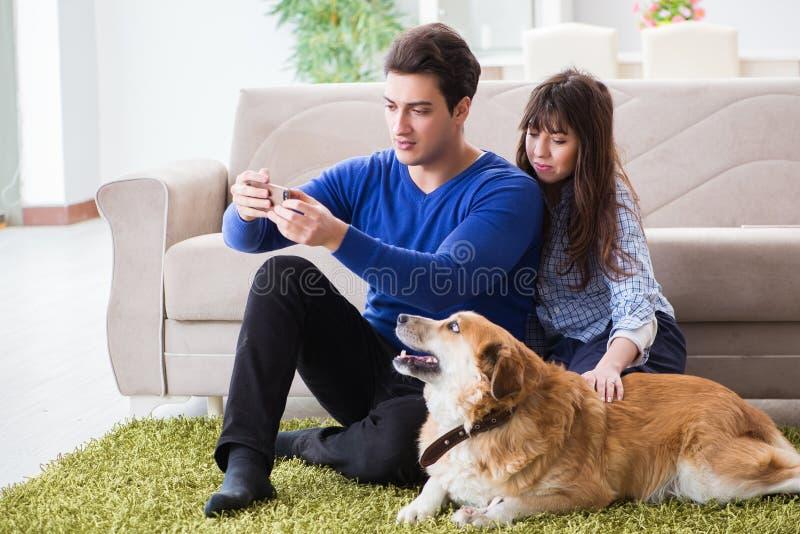 Η ευτυχής οικογένεια με το χρυσό retriever σκυλί στοκ εικόνα με δικαίωμα ελεύθερης χρήσης