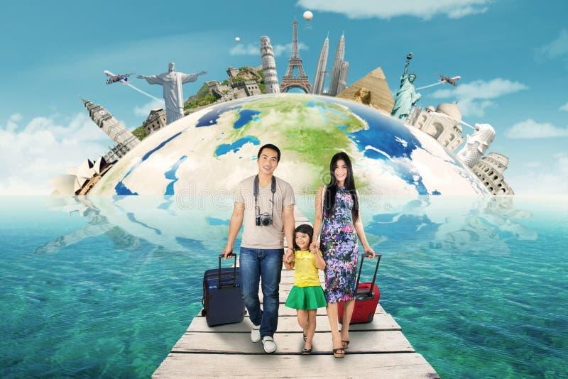 Η ευτυχής οικογένεια παίρνει ένα ταξίδι στο παγκόσμιο μνημείο στοκ εικόνα με δικαίωμα ελεύθερης χρήσης