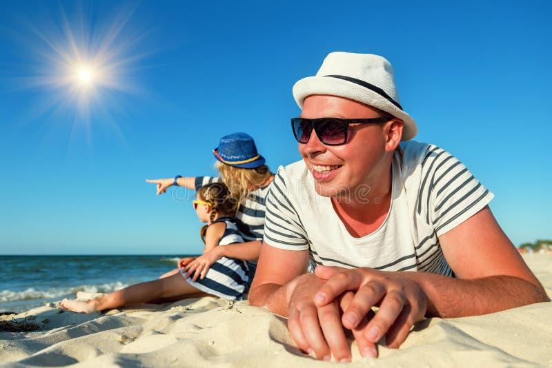 Η ευτυχής οικογένεια στηρίζεται στην παραλία στοκ εικόνες με δικαίωμα ελεύθερης χρήσης
