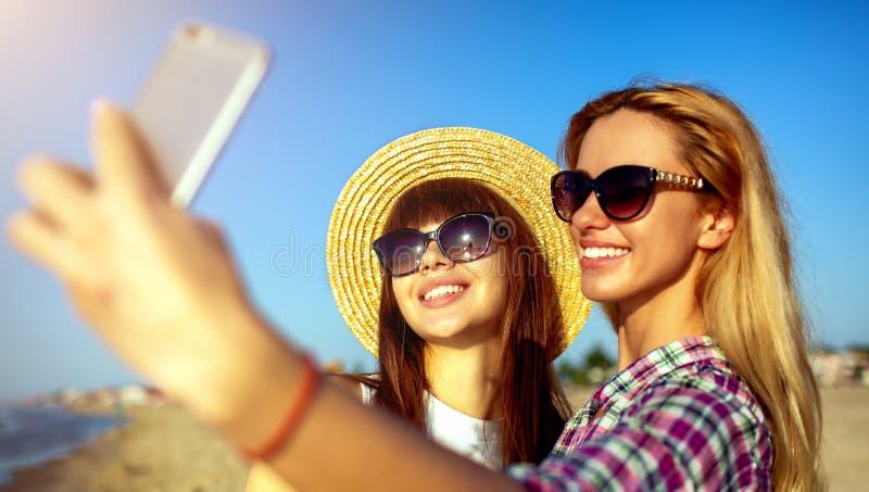 Η ευτυχής ομάδα φίλου κάνει ένα selfie με ένα κινητό τηλέφωνο στοκ εικόνες
