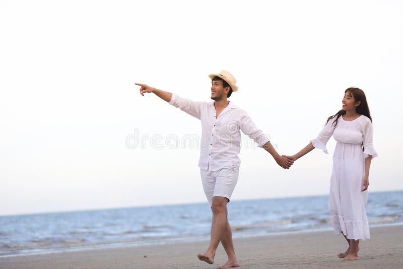 Η ευτυχής ρομαντική εκμετάλλευση εραστών ζευγών δίνει μαζί να περπατήσει στο τ στοκ εικόνες με δικαίωμα ελεύθερης χρήσης