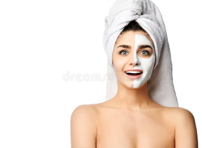 Η ευτυχής όμορφη γυναίκα είναι αμέσως μετά από το ντους που έχει εφαρμόσει μια του προσώπου μάσκα και αισθάνεται την επίδρασή της στοκ εικόνες