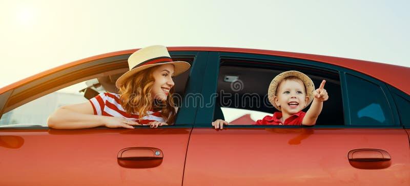 Η ευτυχή οικογενειακή μητέρα και το αγόρι παιδιών πηγαίνουν στο ταξίδι θερινού ταξιδιού στο αυτοκίνητο στοκ φωτογραφίες