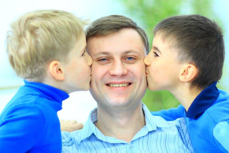 Download η ευτυχία αγοριών φιλά λίγ& Στοκ Εικόνα - εικόνα από εραστές, άτομα: 22780595