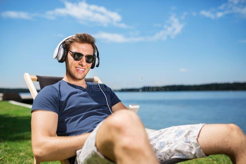 Η ευτυχία ακούει τη μουσική στοκ φωτογραφία με δικαίωμα ελεύθερης χρήσης