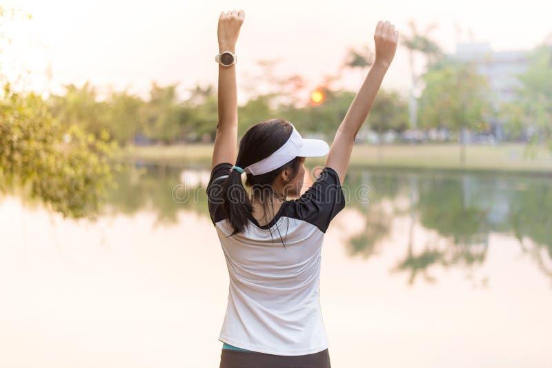 Η ευτυχείς ασιατικές απόλαυση και η ελευθερία γυναικών με τα ανοικτά χέρια, θηλυκά χέρια ανόδου απολαμβάνουν επάνω τη φύση υπαίθρ στοκ εικόνες με δικαίωμα ελεύθερης χρήσης