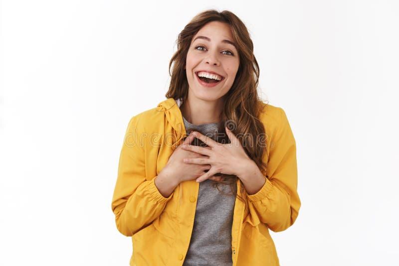 Η ευχαρίστηση σας συναντά Ο ευχαριστημένος αγγιγμένος νέος τρυφερός όμορφος Τύπος κοριτσιών δίνει την καρδιά αναστενάζοντας πρόθυ στοκ φωτογραφία με δικαίωμα ελεύθερης χρήσης