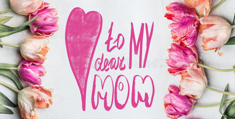 Η ευχετήρια κάρτα ημέρας μητέρων με την εγγραφή κειμένων στο αγαπητό mom μου, όμορφες τουλίπες χρώματος κρητιδογραφιών με το νερό στοκ εικόνα με δικαίωμα ελεύθερης χρήσης