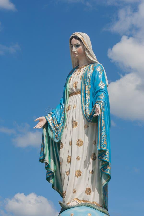 Η ευλογημένη Virgin Mary μπροστά από το Ρωμαίο - καθολική επισκοπή που είναι δημόσιος χώρος στοκ εικόνες